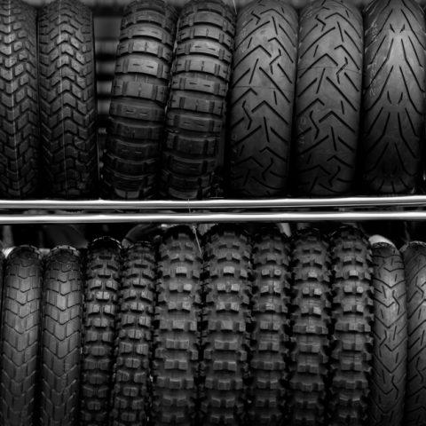 Różne rodzaje opon motocyklowych a styl jazdy – na czym to polega?