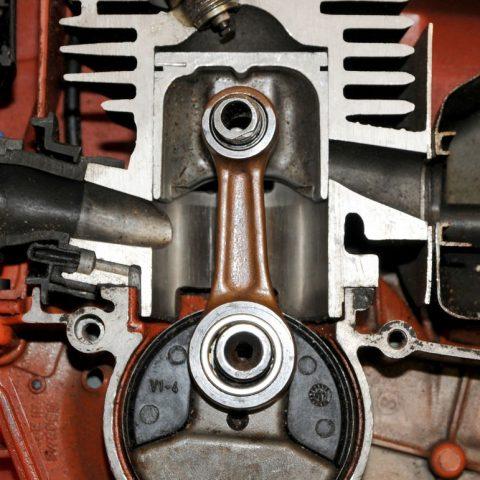 Jak działa silnik dwusuwowy – kilka ciekawostek o dwusuwach